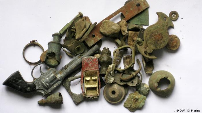 Dug up findings including a gun and rusted scraps Copyright: Jean Di Marino/DW