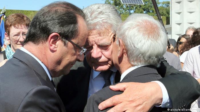 Joachim Gauck , Francois Hollande şi Robert Hebras la Oradour-sur-Glane