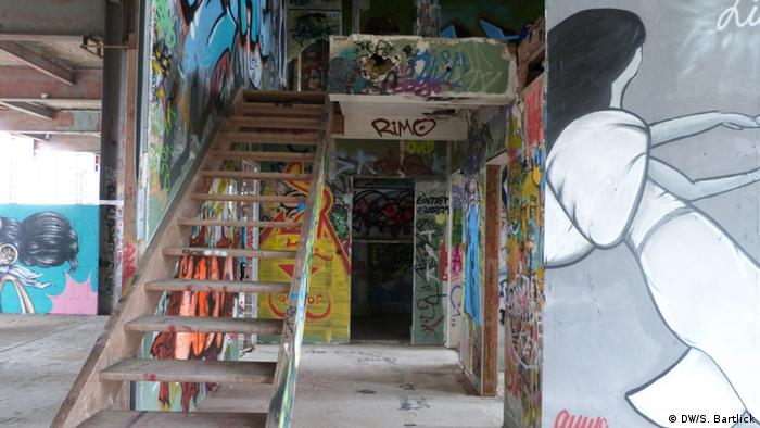 Stairwell and rooms covered in graffiti (Photo: Silke Bartlick, Deutsche Welle)