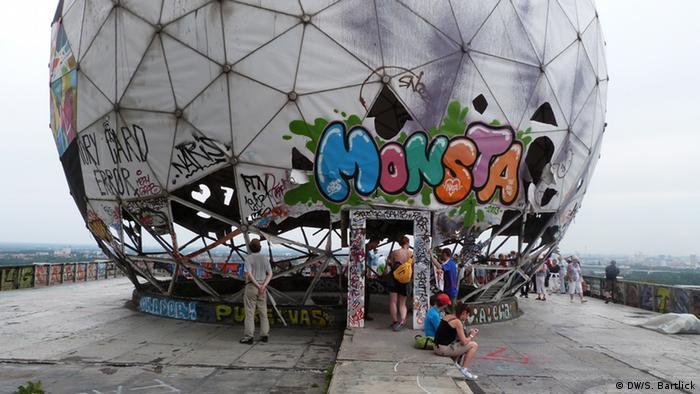 Даже купол на крыше радиолокационной башни сплошь покрыт граффити