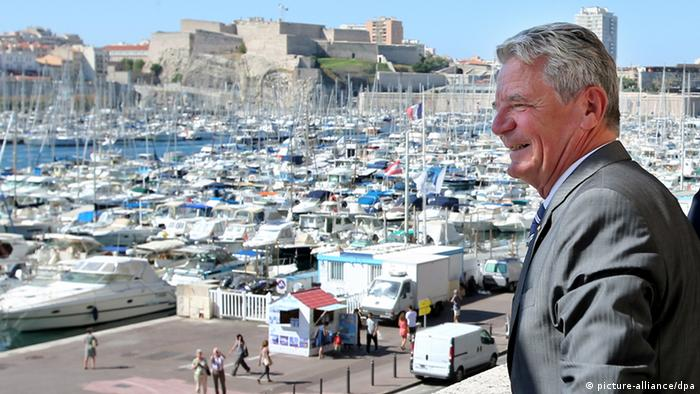 German President Joachim Gauck in Marseille on the balcony of the town hall. Photo: Wolfgang Kumm/dpa