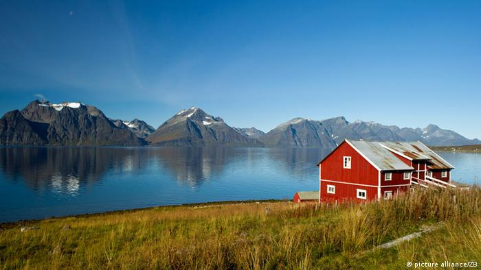 A red house on a fjord Photo: Patrick Pleul
