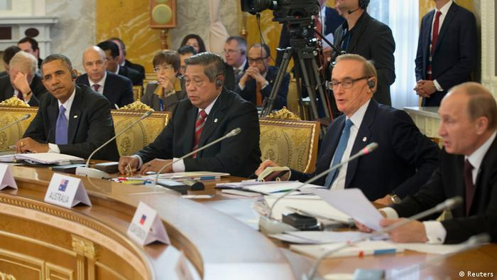 U.S. President Barack Obama (L) listens to Russian President Vladimir Putin (R) during the start of the G20 Working Session at the Konstantin Palace in St. Petersburg September 5, 2013. Also pictured are Indonesian President Susilo Bambang Yudhoyono (2nd L), and Australian Foreign Minister Bob Carr (2nd R). REUTERS/Pablo Martinez Monsivais/Pool (RUSSIA - Tags: POLITICS)