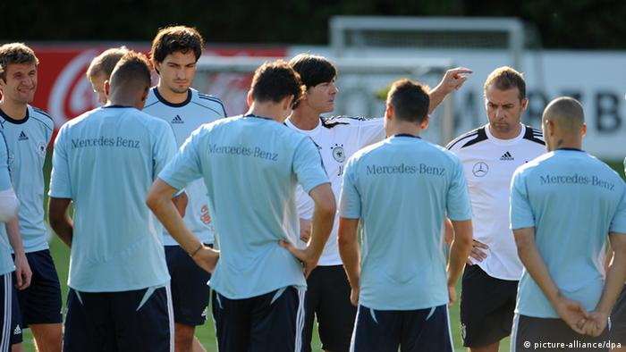 coach Joachim Löw (M) speaking to his team during training Foto: Andreas Gebert/dpa