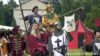 Mittelalterliches Ritterspiele mit Fanfarenbläser und Rittern