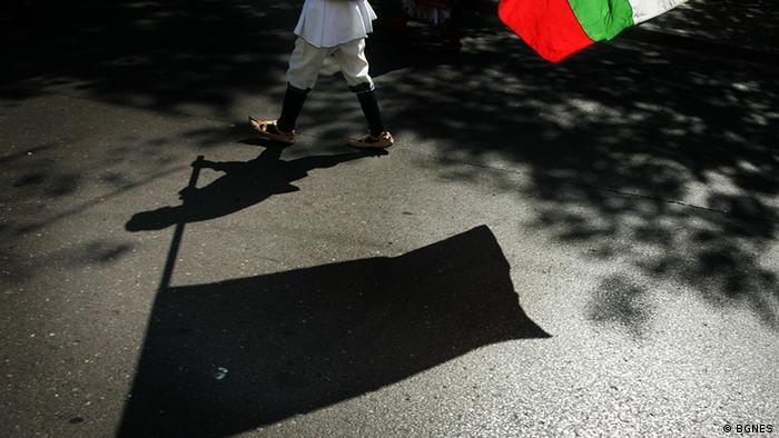 Мъж в народна носия развява българския флаг
