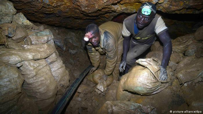 Miners in DRC carrying Tin ore. Photo:Takeshi Kuno Kyodo