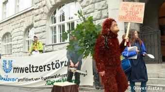 Aktivisten von der NGO Rettet den Regenwald protestieren in Berlin gegen die Gründung des Forums Nachhaltiges Palmöl (Foto: DW/ O. Ristau)