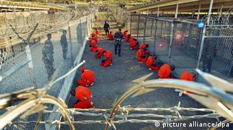 Prisioneiros acorrentados e macacões alaranjados tornaram-se símbolo de prepotência americana