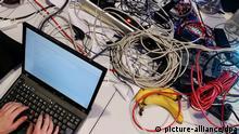 ARCHIV - Ein Teilnehmer des 29. Jahreskongresses (29C3) des Chaos Computer Clubs (CCC) sitzt am 29.12.2012 im Congress Center (CCH) in Hamburg an seinem Laptop. Internet-Nutzer haben nach einem Grundsatzurteil des Bundesgerichtshofs Anspruch auf Schadenersatz, wenn der Anschluss ausfällt. Foto: Malte Christians/dpa (zu dpa «BGH: Schadenersatz bei Internet-Ausfall - zentrale Bedeutung» vom 24.01.2013) +++(c) dpa - Bildfunk+++