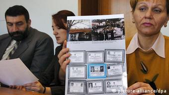 Verica Ciric, eine der Klägerinnen auf Schadensersatz für die NATO- Luftangriffe im Kosovo-Krieg, zeigt am 10.12.2003 im Bonner Landgericht vor der Urteilsverkündung Todesanzeigen für die Opfer in einer Informationsbroschüre (Foto: dpa)