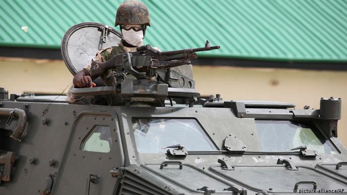 Nigerianischer Soldat im Panzer in Maiduguri, Nigeria 2013. (Foto: AP Photo,Jon Gambrell)