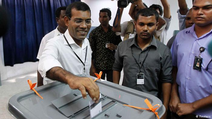 Maldivian presidential candidate Mohamed Nasheed, who was ousted as president in 2012, smiles as he casts his vote during the presidential elections in Male September 7, 2013.REUTERS/Dinuka Liyanawatte