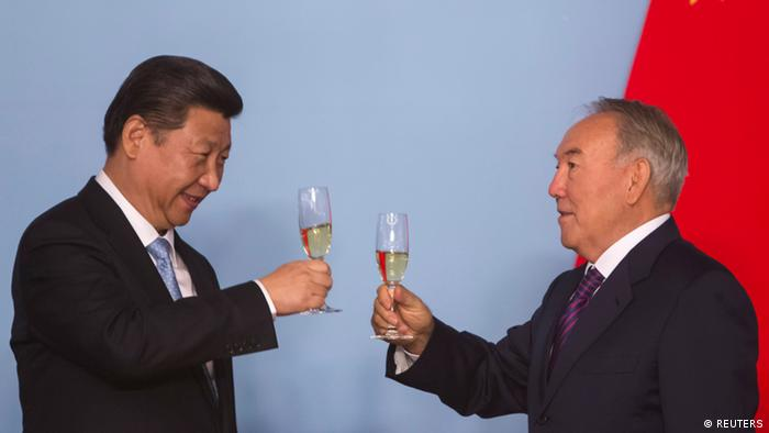 Kazakhstan's President Nursultan Nazarbayev (R) and his Chinese counterpart Xi Jinping toast after signing bilateral documents in Astana September 7, 2013. REUTERS/Shamil Zhumatov (KAZAKHSTAN - Tags: POLITICS)