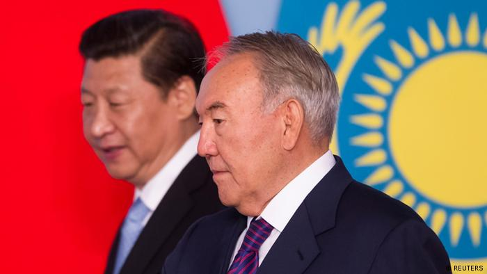 Kazakhstan's President Nursultan Nazarbayev (front) and his Chinese counterpart Xi Jinping walk to sign bilateral documents in Astana September 7, 2013. REUTERS/Shamil Zhumatov (KAZAKHSTAN - Tags: POLITICS)