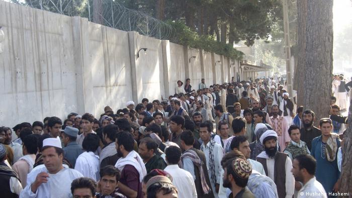جمعیت معترض در برابر سرکنسولگری ایران در افغانستان