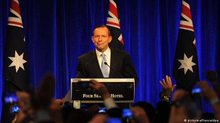 epa03855870 Tony Abbott stands behind a rostrum after his victory in the federal election at the Liberal Party function in Sydney, Australia, 07 September 2013. Tony Abbott's conservative coalition prevailed over Prime Minister Kevin Rudd's Labor Party in parliamentary elections. EPA/DEAN LEWINS AUSTRALIA AND NEW ZEALAND OUT +++(c) dpa - Bildfunk+++