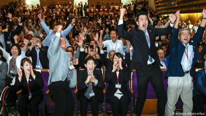 Die japanische Delegation jubelt beim IOC-Gipfel (Foto: dpa/KIMIMASA)