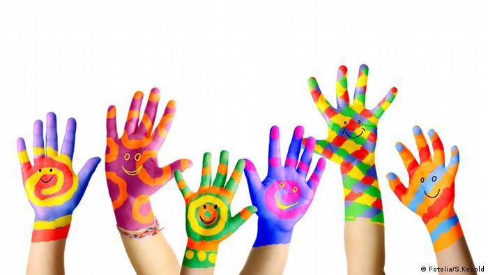 Bunte Hände mit Gesicht