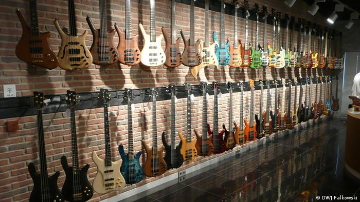 Bass guitars on display in Markneukirchen (C) Jens Falkowski/dw