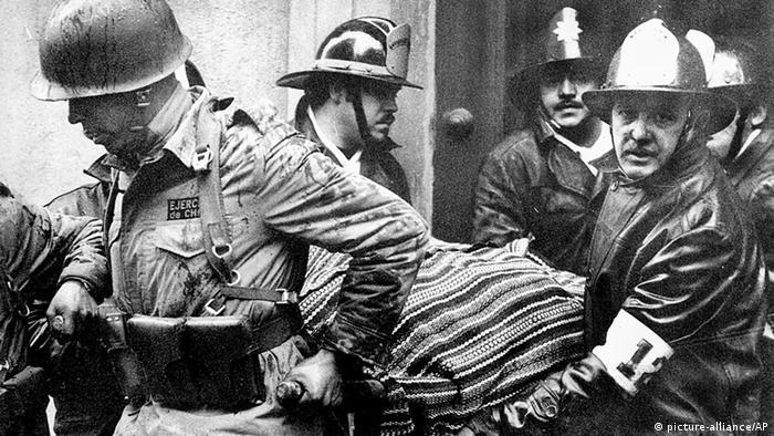 Die Leiche von Salvador Allende wird aus dem Präsidentenpalast getragen Militärputsch in Chile 1973 (picture-alliance/AP)