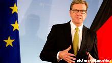 FREI FÜR SOCIAL MEDIA Bundesaußenminister Guido Westerwelle (FDP) spricht am 10.09.2013 in Berlin auf einer Pressekonferenz zu den Medienvertretern. Er hält eine deutsche Beteiligung an der Vernichtung syrischer Chemiewaffen für möglich. Deutschland habe bei der Vernichtung von Chemiewaffen erhebliche Erfahrung und auch entsprechende Programme, sagte Westerwelle. Foto: Kay Nietfeld/dpa