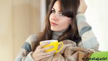 Symbolbild Frau nachdenklich Tasse Tee Kaffee Wolldecke Decke Sofa Couch 46297297