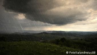Eine Landschaft mit dunklen Wolken und Regen.