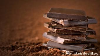 Mehrere Schokoladenstückchen übereinandergestapelt.