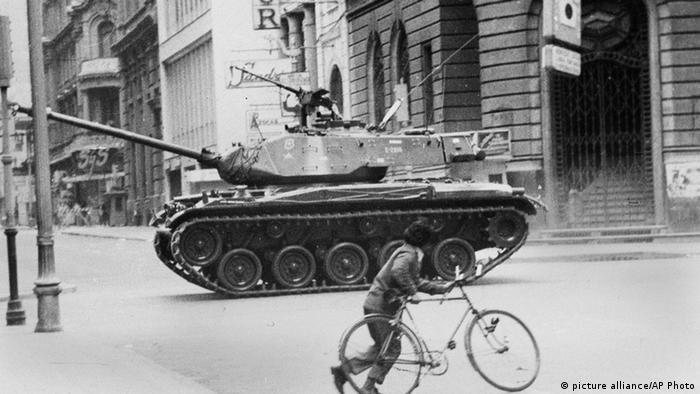 Tanques en las calles de Santiago de Chile durante el golpe militar que derrocó al presidente Salvador Allende. (Septiembre de 1973).