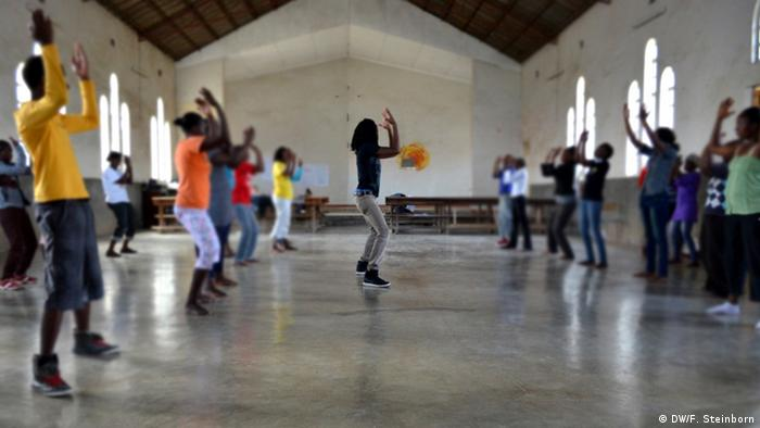 Participants in the Maua dance workshop in Kenya, Copyright: DW/Falk Steinborn