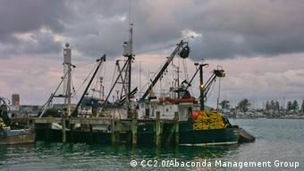 Foto: A fishing boat anchored in the harbor (Foto: CC BY SA 2.0: Abaconda Management Group/flickr.com: http://creativecommons.org/licenses/by-sa/2.0/)