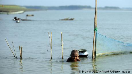Bangladesch Kinder spielen im Wasser