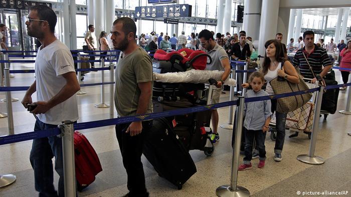 Libanon Syrien Bürgerkrieg Flüchtlinge in Beirut Flughafen auf dem Weg nach Deutschland (picture-alliance/AP)