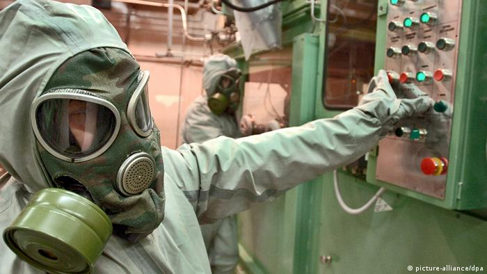 Employee wears gas masks and suits at the chemical air weapons destruction facility on the premises of a new chemical weapons destruction facility at the Settlement of Maradykovo, Kirov Region, on September 10, 2006. The facility's first construction stage has been completed lately. Foto: Grigory Sysoyev +++(c) dpa - Report+++