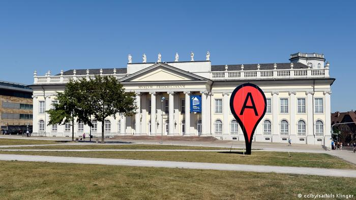 Outside the museum, a large, red sculpture like a Google maps marker indicates the exhibit Photo: cc/by/sa/Nils Klinger