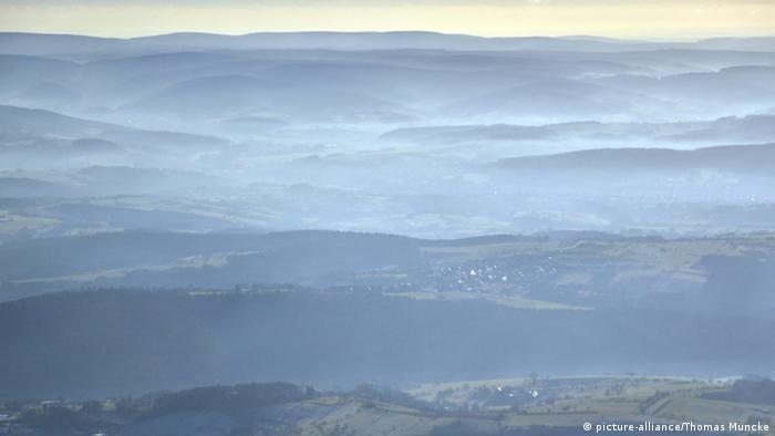 Luftaufnahme des Spessarts mit sich auflösendem Morgennebel
