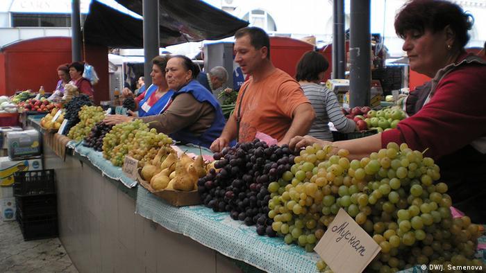 На одном из рынков в Кишиневе - прилавки с овощами и фруктами