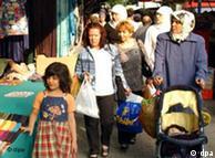Ausländische Familie mit Kinderwagen bummelt durch Berlin (Foto: dpa/Archiv)