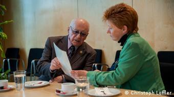 der Holocaust-Überlebende Philip Bialowitz im Gespräch mit der Abgeordneten und Bundestags-Vizepräsidentin Petra Pau (Foto: Christoph Löffler)