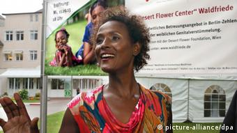 Waris Dirie in front of a poster for the Desert Flower Center in Berlin (picture-alliance/dpa)