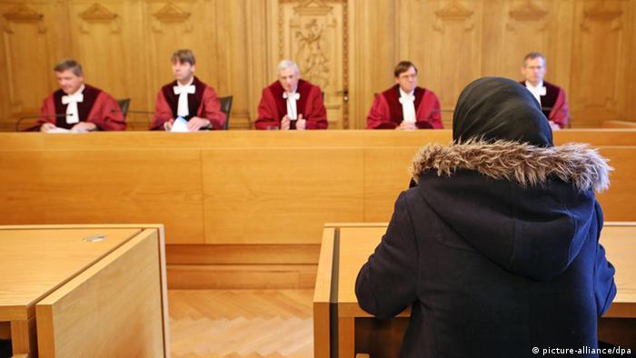 Die Schülerin Asma sitzt vor einem Prozess über Religionsfreiheit und Schulpflicht am 11.09.2013 in einem Saal im Bundesverwaltungsgericht in Leipzig (Sachsen). Die muslimische Schülerin will nicht am gemeinsamen Schwimmunterricht von Jungen und Mädchen teilnehmen. Foto: Jan Woitas/dpa
