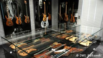 Warwick guitars on display Copyright: DW/Jens Falkowski)