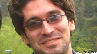 آرش صادقی به دلیل اعتراض به بازداشت همسرش در سال ۹۶ بیش از سه ماه در اعتصاب غذا به سر برده بود