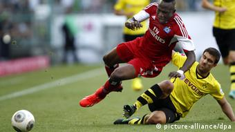 Sokratis (r) and Zoua challenge for the ball