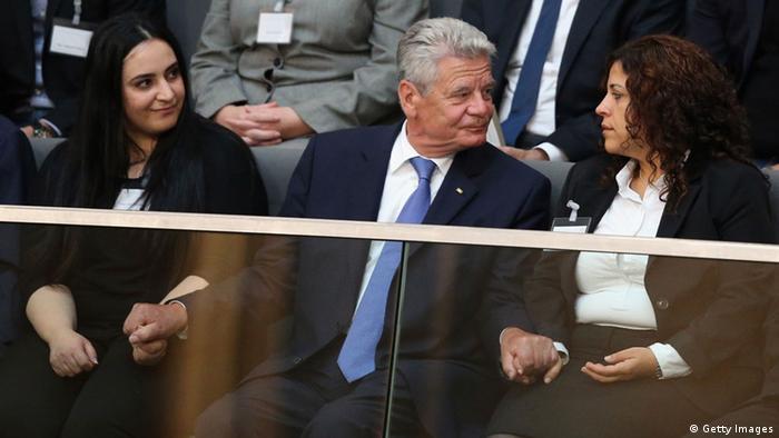 Bundespräsident Joachim Gauck ergreift die Hände zweier NSU-Mordopfer-Angehörigen, links: Gamze Kubasik (Foto: Getty Images)