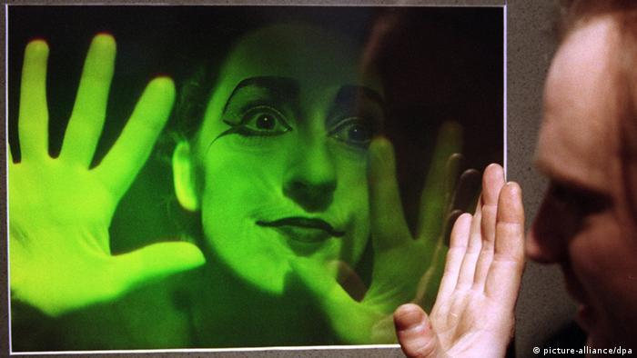 Ein Hologramm, das eine Frau mit ausgestreckten Händen zeigt, im größten Holographiemuseum Deutschlands in Bamberg (Foto: dpa/lby).