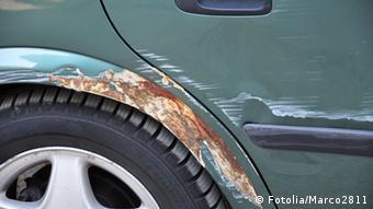 Kratzer und Rost am rechten hinteren Kotflügel eines Autos