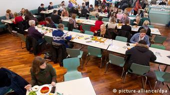 Essen in der Mensa (picture-alliance/dpa)