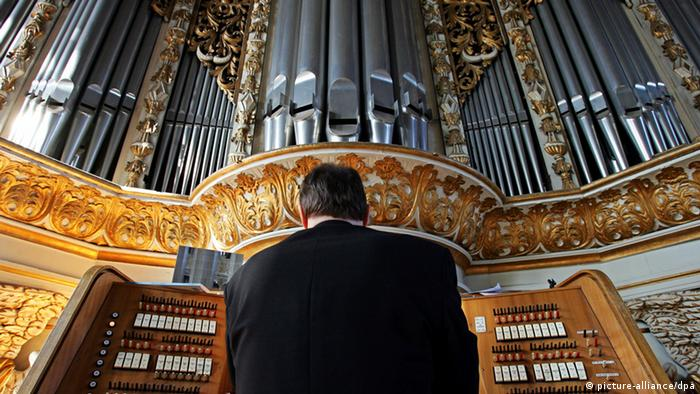 Organ in Marktkirche in Halle (dpa - Report)